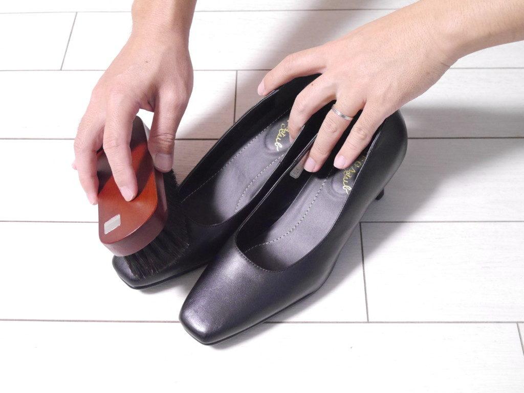リーガルのパンプスの靴擦れを直す 馬毛ブラシでブラッシング