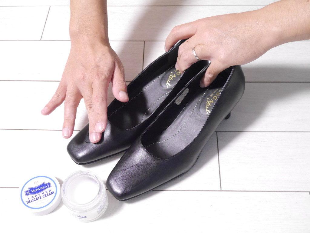 リーガルのパンプスの靴擦れを直す デリケートクリームを塗る