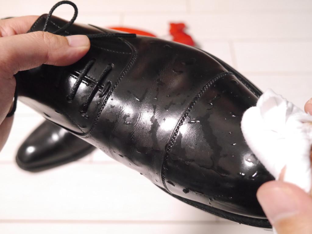 靴が塗れてしまった時の対処法 水を拭き取る