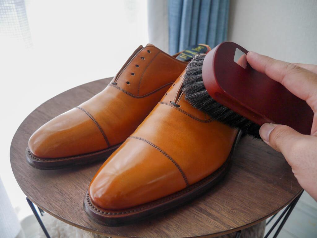 茶色の靴 ブラッシング