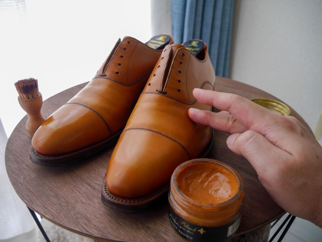 茶色の靴 クリーム