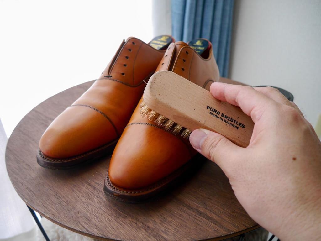 茶色の靴 豚毛ブラシブラッシング