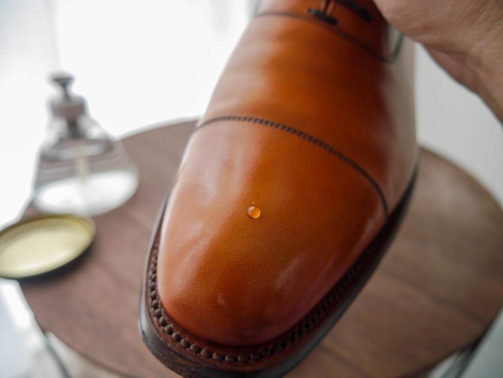 茶色の靴 ワックス水滴